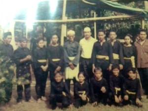 Pencak Silat - Seni Gayung Fatani Malaysia - Guru Tua Tn. Hj. Iman Mansor Ismail avec ses élèves
