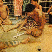le silat - tatoueur dayak en train de tatouer