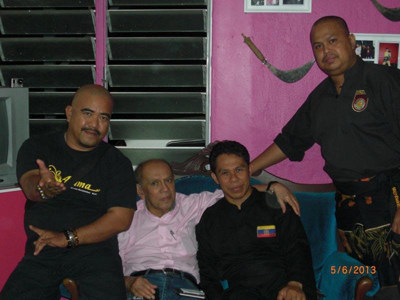 Carnet de stage Silat Fatani 2013 - Maître Raban entouré par Cikgu Halim, Cikgu Zaidi et notre ami Rocker Jo ;)