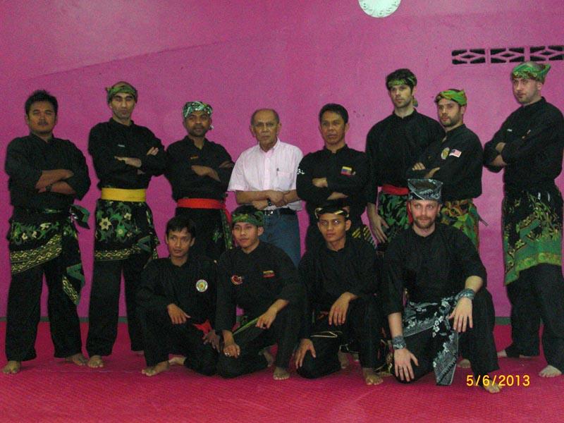 Carnet de stage Silat Fatani 2013 - Photo de groupe avant le passage de grade de Penchak Silat en Malaisie