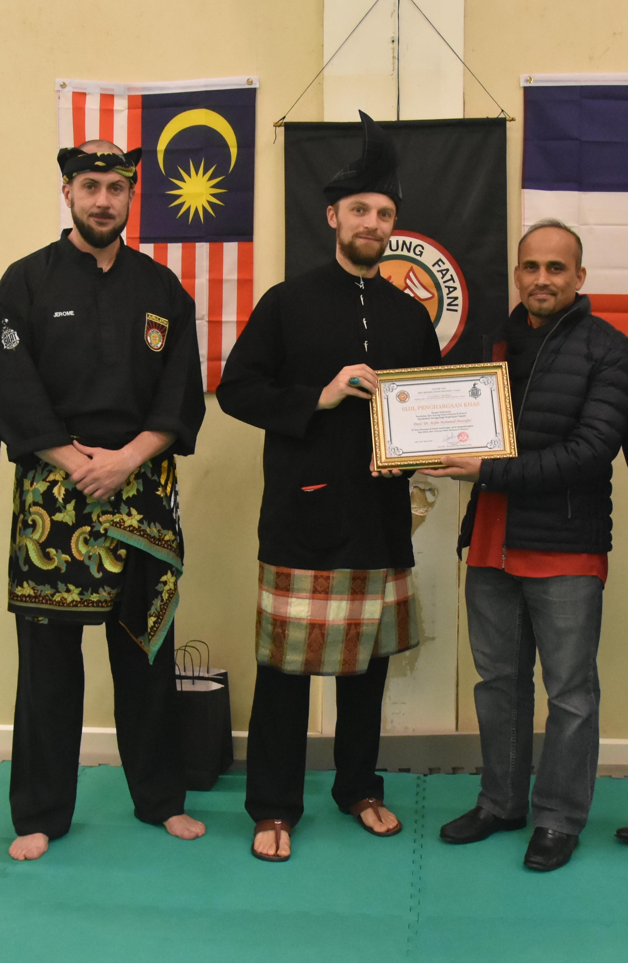 Culture Silat - Cikgu Audy remet un Diplôme a SE Dato' Azfar