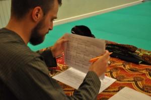 Pencak Silat - Seni Gayung Fatani - Cikgu Audy prépare les feuilles d'examens