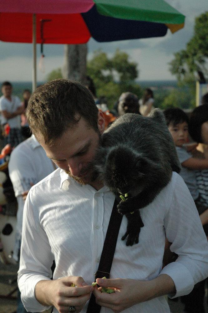 Audran Le Guillou donne à manger aux singes à Kuala Selangor en Malaisie
