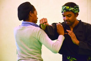 Cikgu Mahery en mode punching ball pour sa partenaire