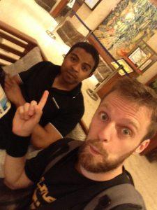 Audy et Mahery - Dans le hall de l'hôtel
