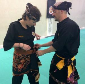 Pencak Silat - Arnaud donne un coup de main à Mathilde pour mettre sonSarong