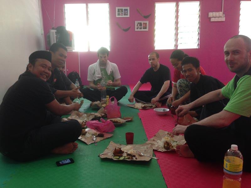 Carnet de stage Silat Fatani 2013 - Repas après l'entraînement de Silat Fatani