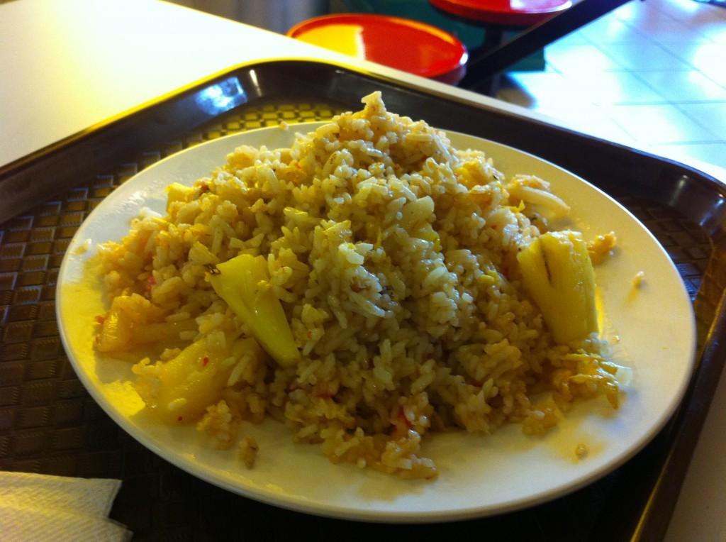 Riz frit avec de l'ananas et des calamars