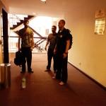 Carnet de Voyage en Malaisie 22014 - Devant les ascenseurs, prêts pour le cours