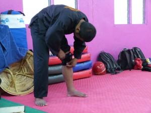 Cikgu Mahéry se protège le genou