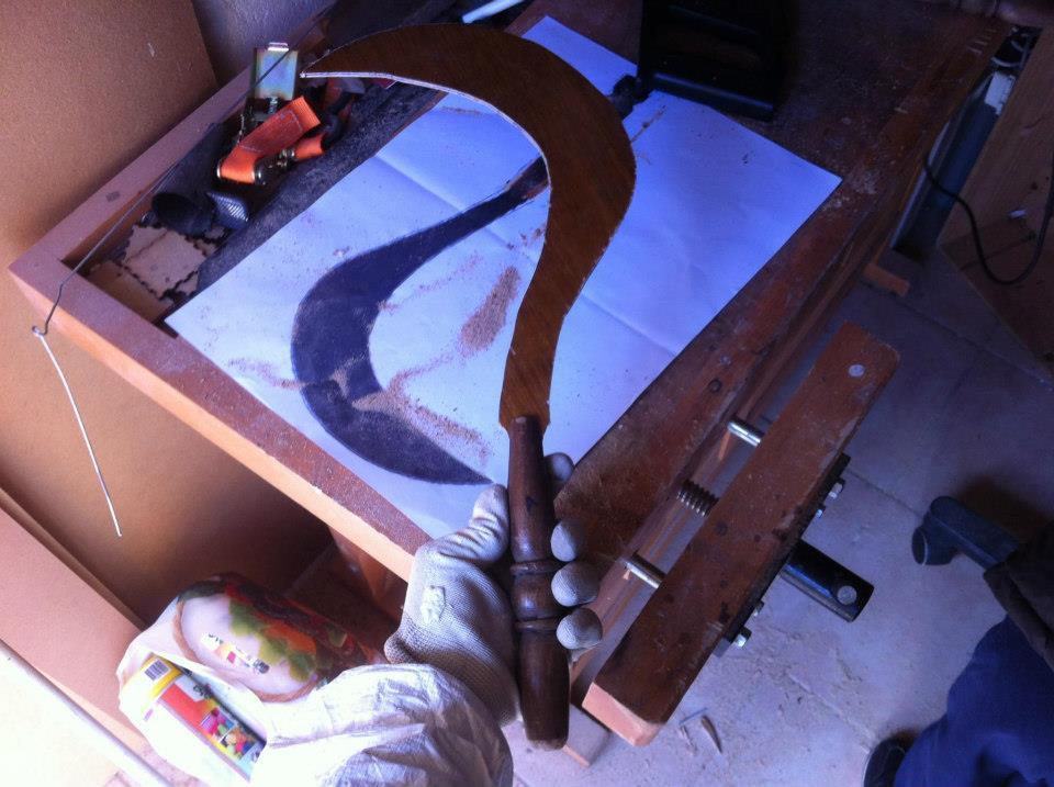 Fabrication d'un Sabit en bois - Insérer la lame en bois dans la fente du manche