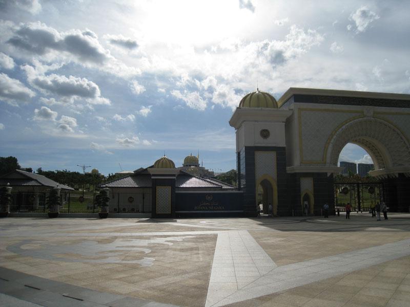 Carnet de stage Silat Fatani 2013 - Devant le Palais du Sultan de Malaisie